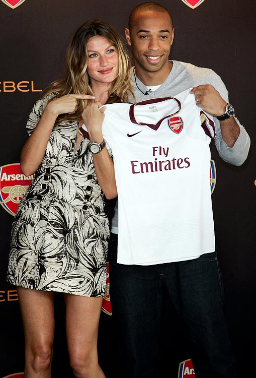Henry presents Brazilian supermodel Gisele Bundchen, with an Arsenal shirt.