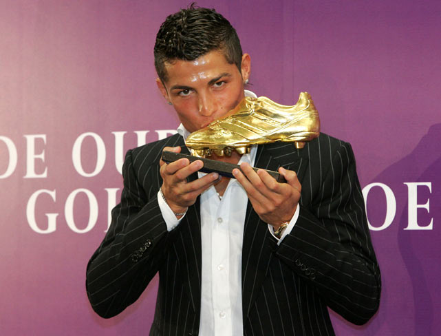 "Ronaldo kisses his ""Golden Shoe 2008"" award, presented to Europe's best goal scorer."