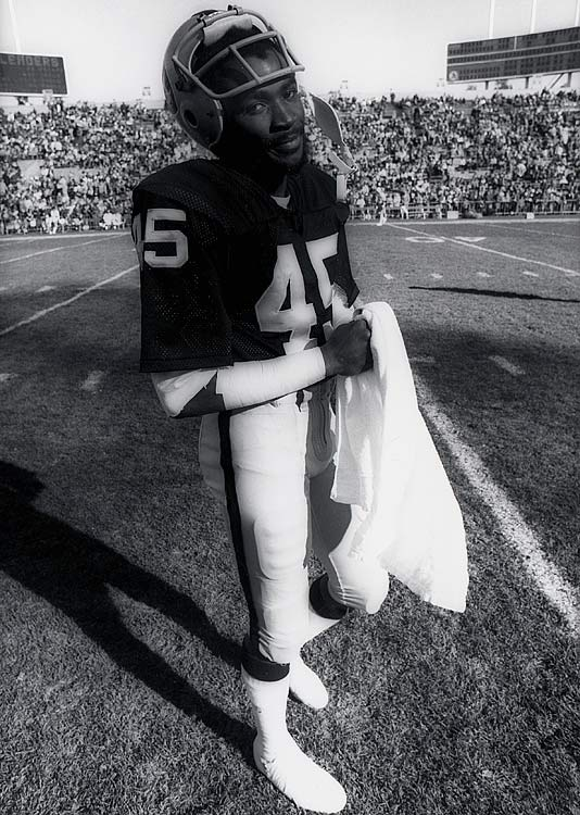 Neal Colzie burst onto the scene in 1975 with a fantastic rookie season. The former Ohio State Buckeye picked off four passes and averaged 13.6 yards per punt return for the Oakland Raiders.
