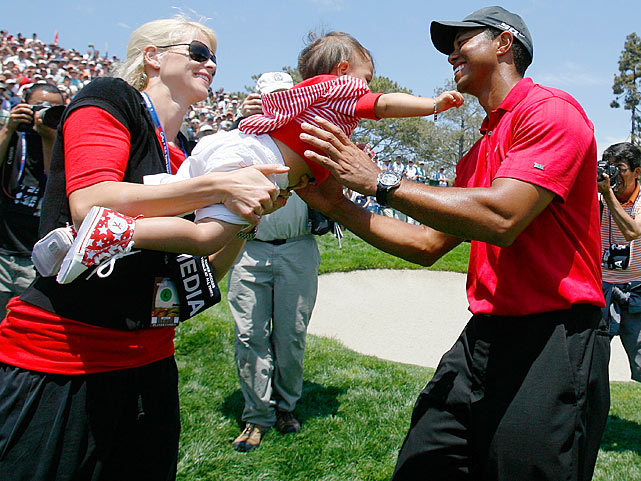 Elin passes daughter Sam to Tiger after he won the playoff round of the 108th U.S. Open.