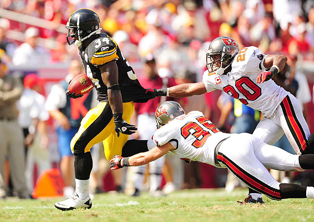 Mendenhall sprints away from two diving Buccaneer defenders.  Pittsburgh's offense seemed to be just out of Tampa Bay's reach all afternoon, racking up 387 yards of total offense.
