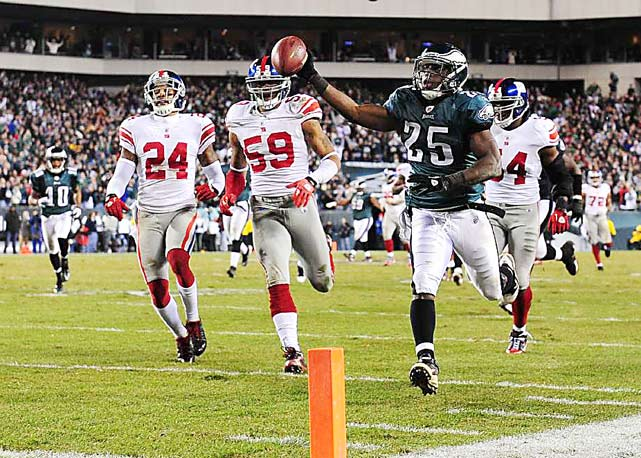 Philadelphia Eagles running back LeSean McCoy runs for a touchdown against the New York Giants during the fourth quarter of their game November 21 in Philadelphia. The Eagles defeated the Giants 27-17.