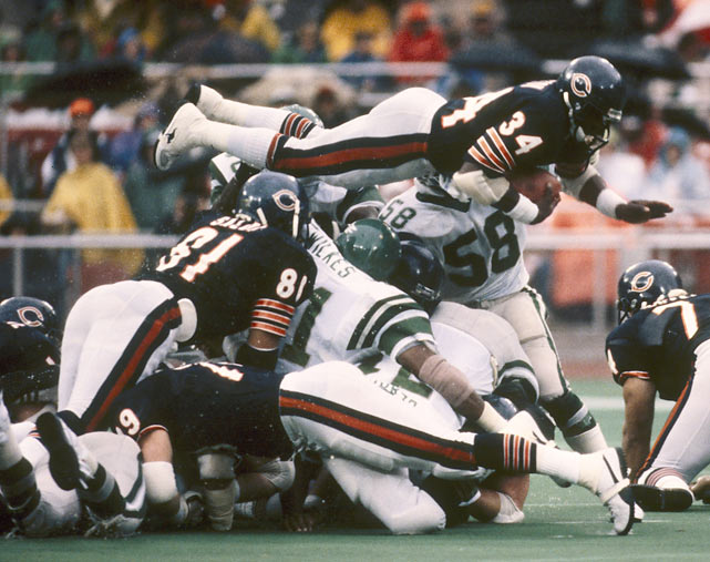 Bears running back Walter Payton dives for the endzone during a 1983 game against the Eagles.