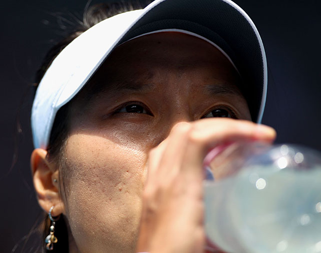 Li Na drinks water during a changeover.