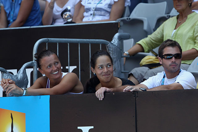 Ana Ivanovic (center) and friends watch the Djokovic-Almagro match.