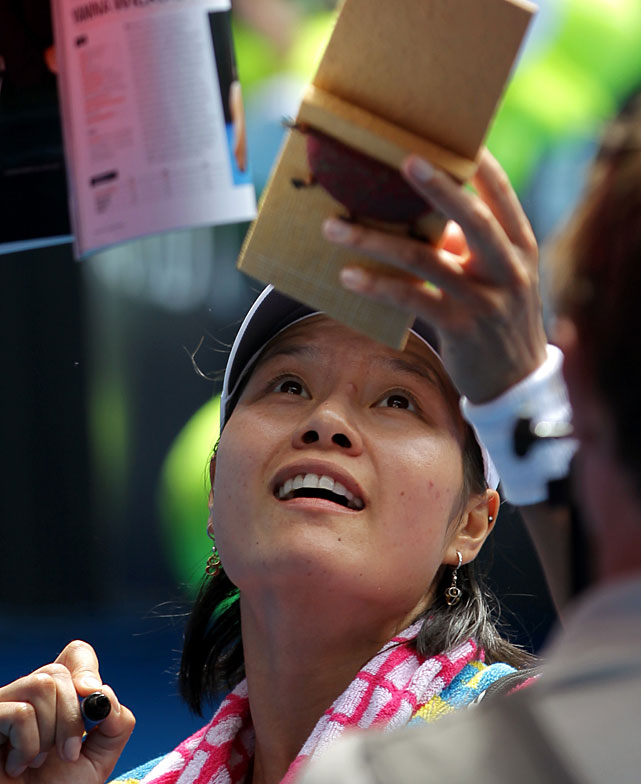 Li signs autographs for fans after Tuesday's match. She will face Caroline Wozniacki in Thursday's semifinals.