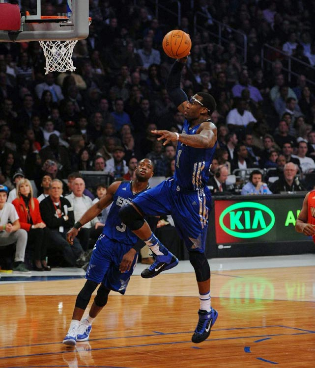 Knicks big man Amar'e Stoudemire scored 29 points and threw down this one-handed slam in the first half.