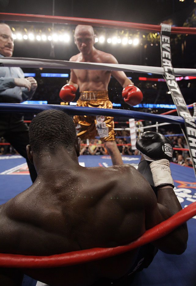 Pavlik took control of the fight in the sixth round, twice knocking Miranda to the canvas.