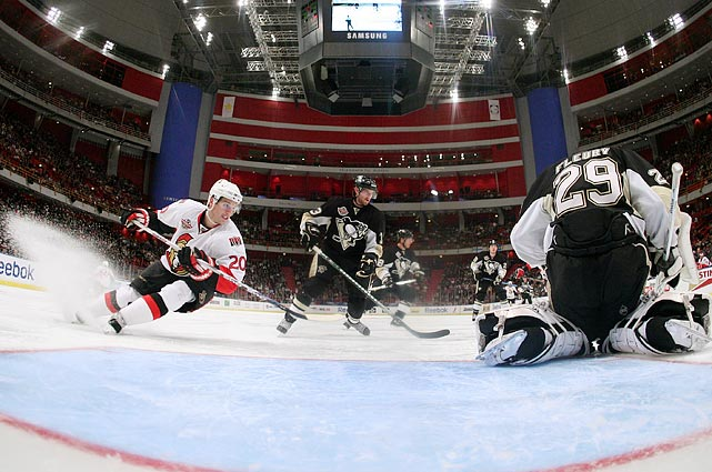 It was Daniel Alfredsson's homecoming but he couldn't manage the win, falling to the Pittsburgh Penguins 4-3 in overtime.  Despite having the native son on their team, the Senators received several boos as they entered the arena.