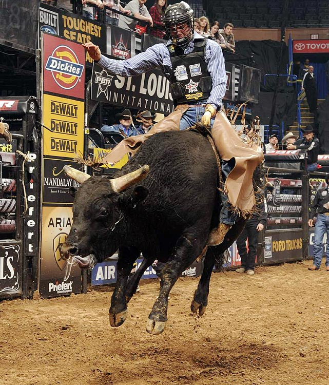 Chance Roberts of Jewett, Ill., rides Slider for 88 points and a second-place finish in Round 1 at St. Louis.