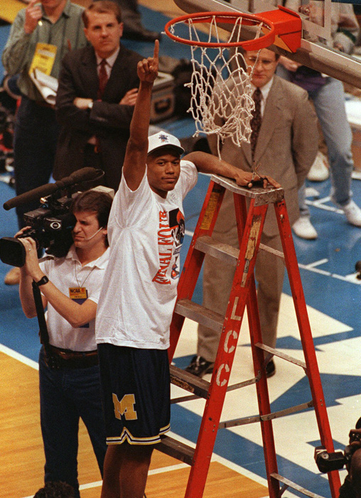 Jalen Rose salutes the crowd after the Wolverines beat the Buckeyes to advance to the Final Four.