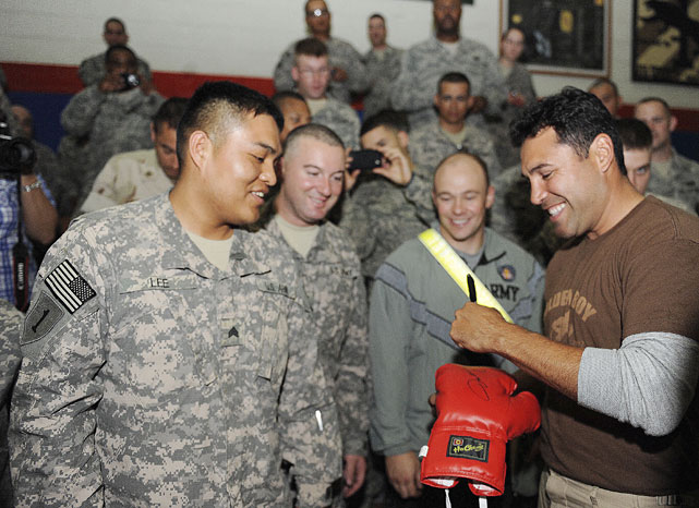 De La Hoya signs autographs for U.S. troops.