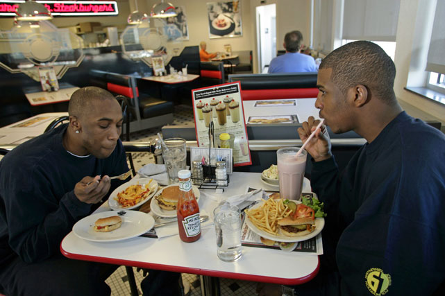 CP3 and then-Hornets guard Speedy Claxton get some quality, artery-clogging grub at The Sizzler.