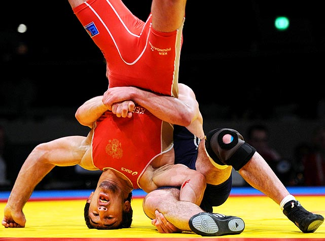 Russia's Anzor Urishev (right) got ahead of Georgia's Dato Marsagishvili in  the 84-kg freestyle event and went on to win the European wrestling championship match on March 30.