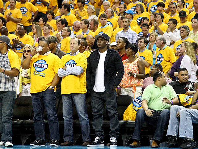 Basketball may be more on Reggie's mind than football these days. Reggie also took in Game 3 of Hornets-Lakers, this time in New Orleans. Obviously, Reggie didn't get the yellow shirt memo.