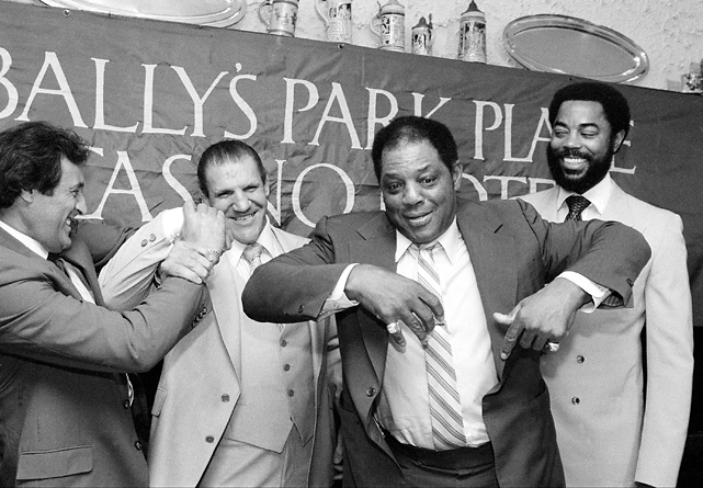 "Mays jokes with other former athletes promoting the ""21"" Club's second annual Greatest Sports Legends reunion in 1983. Joining Mays were former hockey player Phil Esposito, wrestler Bruno Sammartino and basketball player Walt Frazier."