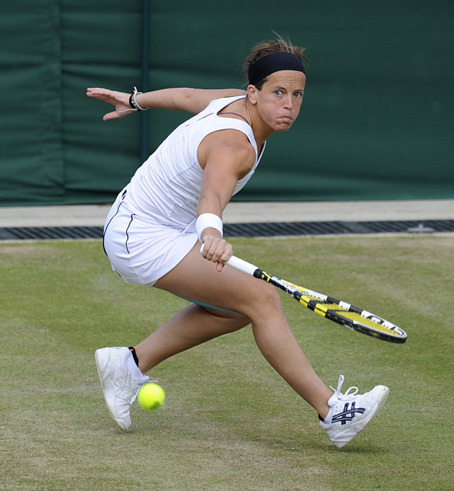 Spain's Lourdes Dominguez Lino returns to France's Marion Bartoli.