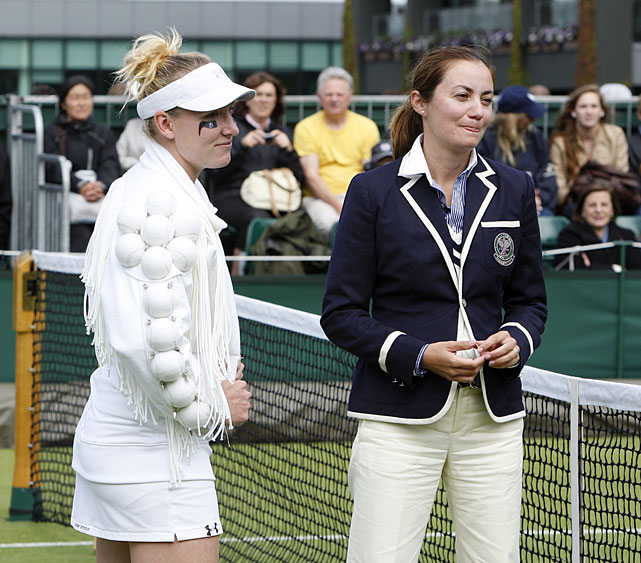 Bethanie Mattek-Sands chats with the chair umpire prior to her first-round match with Misaki Doi.
