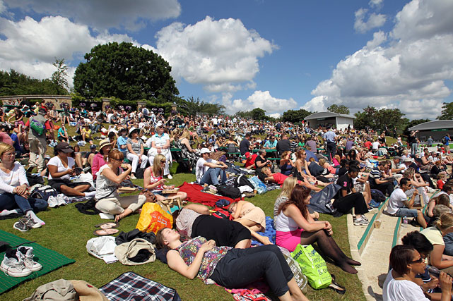 Fans settle in for the quarterfinal between Andy Murray and Feliciano Lopez.