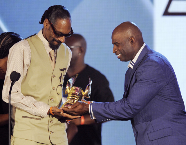 "Sanders presents the ""Do Something for Kids"" award to rapper Snoop Dogg at the VH1 Do Something Awards in 2010."