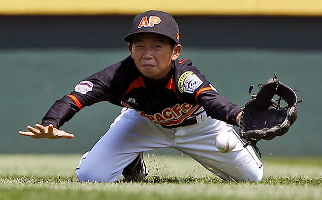 Kaohsiung, Taiwan right fielder Chun-Yen Kuo attempts to reach a double by Mexicali, Mexico's Carlos Arellano.