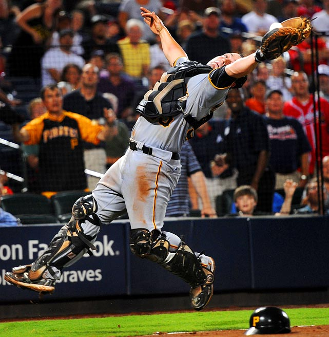 With the bases loaded, Pirates catcher Michael McKenry made an acrobatic catch against the Braves.