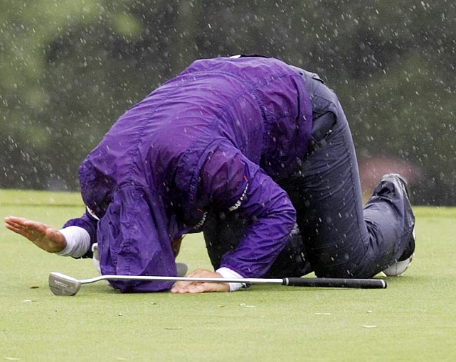 South Korea's Jiyai Shin crumples in disappointment after missing her shot on the 18th hole during the championship round at the Canadian Women's Open golf tournament.