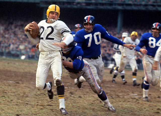 Giants defensive back Jimmy Patton tries to corral Bobby Layne, while Sam Huff (#70) follows in hot pursuit.