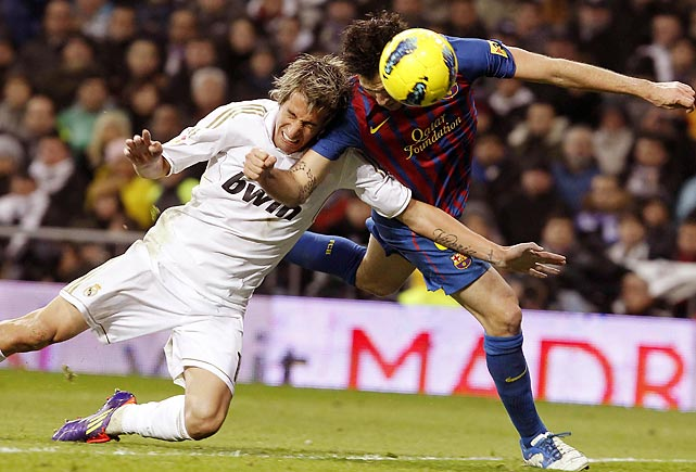 FC Barcelona midfeidler Cesc Fabregas scores Barcelon's third goal while being defended by Real Madrid's Fabio Coentrao. Barcelona beat Real Madrid 3-1.