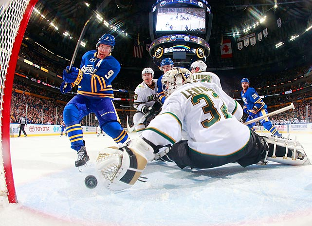 Buffalo's Derek Roy scores the tying goal late in the third period against Dallas Stars goalie Kari Lehtonen.