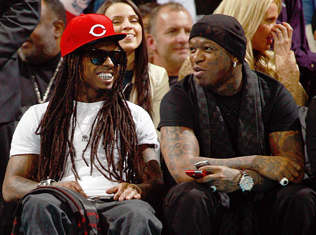 Weezy lets his hair down at a 2010 Heat-Hornets game.