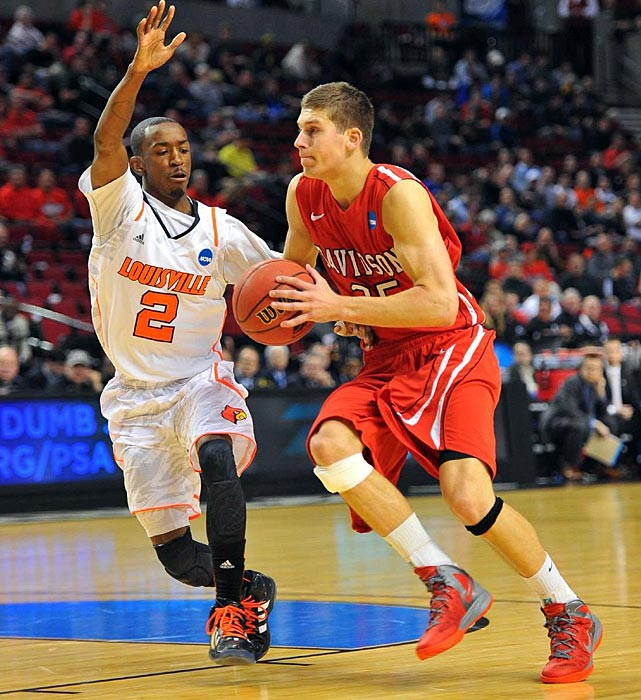 Davidson's Chris Czerapowicz drives against Louisville guard Russ Smith.