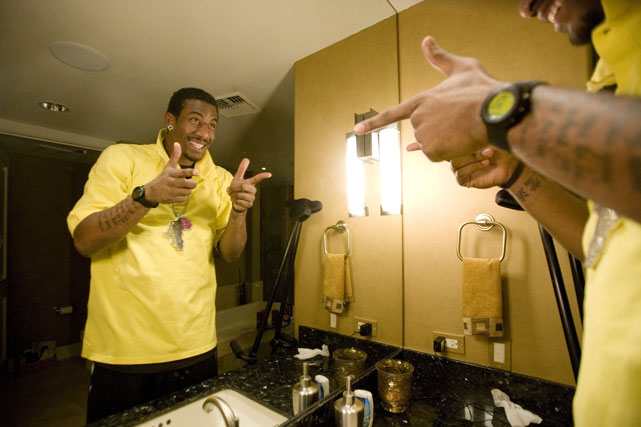 Amar'e seems quite pleased with what he sees in the mirror. Wonder if he does this every morning.