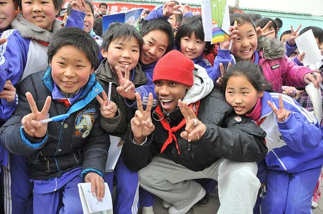 Marbury visits the primary school of migrant children in Beijing.