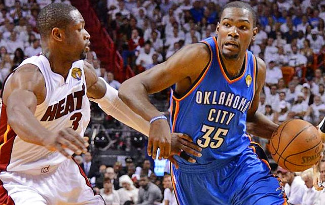 Kevin Durant tries to get past Dwyane Wade.