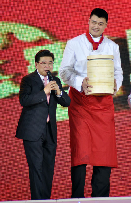 Yao dons a chef's outfit for the Spring Festival gala in Shanghai