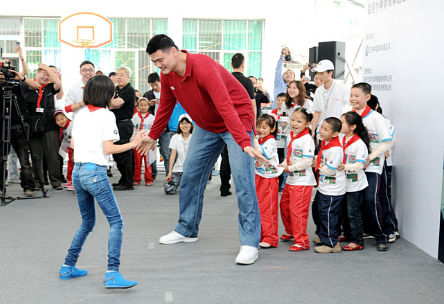 Yao shows off his defense during a youth charity activity in Chongqing, China