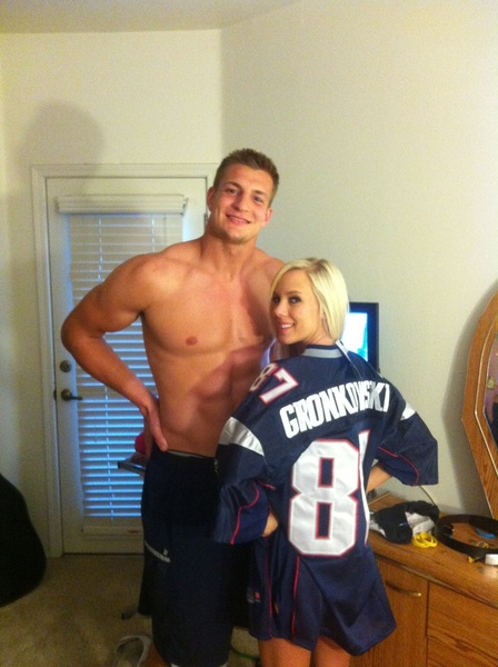 Every NFL player chooses to spend his off-days differently. Most opt for a relaxing day with family or a quiet afternoon by the pool. Rob Gronkowski, however, chose to spend a day off last October with porn star BiBi Jones, who tweeted this photo to her followers.