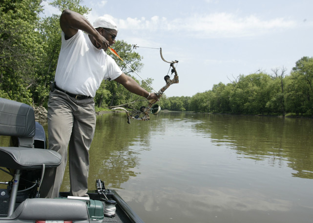 We knew he could play baseball, football and golf, but how about spearing a fish with a cross-bow? Yes, Bo Jackson can do that too.