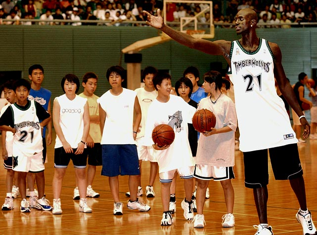 Garnett shows his skills to a group of Japanese participants during an NBA clinic in Tokyo.