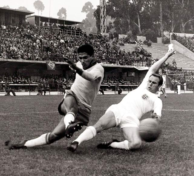 Garrincha was famed for being not only one of soccer's all--time greats, but also for being born with crooked legs. He tied with five other players for the scoring lead in '62.