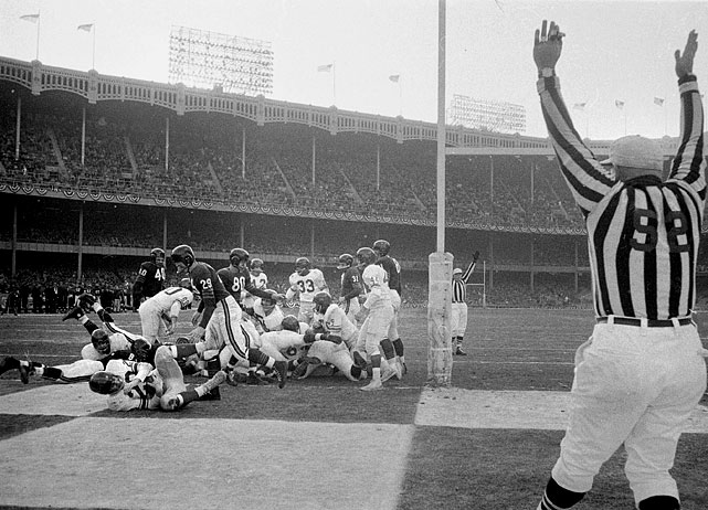 The halfback (No. 29) scores in New York's 47-7 rout of Chicago in NFL Championship Game.