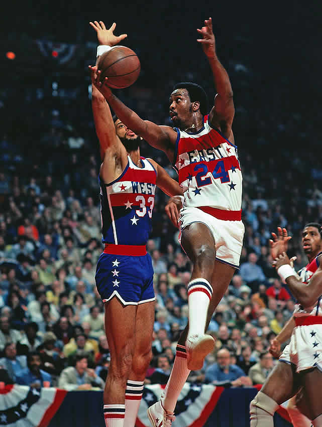 Moses Malone goes up for a lay-up against Kareem.