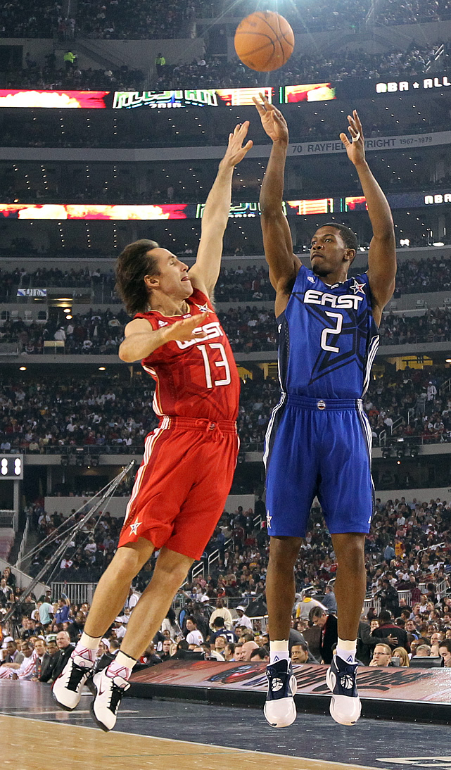 Joe Johnson (then of the Hawks) elevates over Steve Nash (still with the Suns back then) in the game played at Cowboys Stadium.