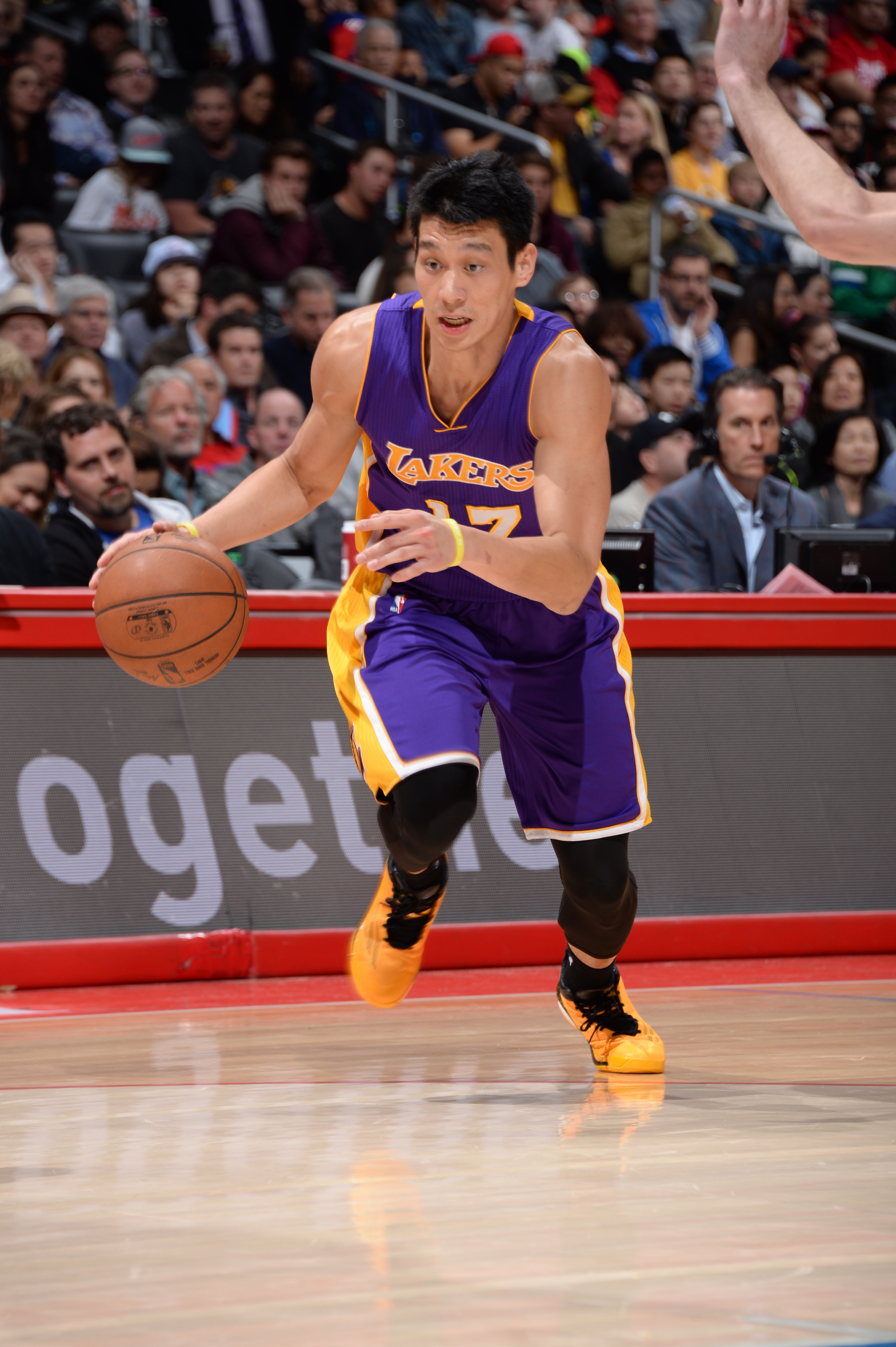 LOS ANGELES, CA - APRIL 7:  Jeremy Lin #17 of the Los Angeles Lakers drives to the basket against the Los Angeles Clippers on April 7, 2015 at Staples Center in Los Angeles, California. (Photo by Andrew D. Bernstein/NBAE via Getty Images)