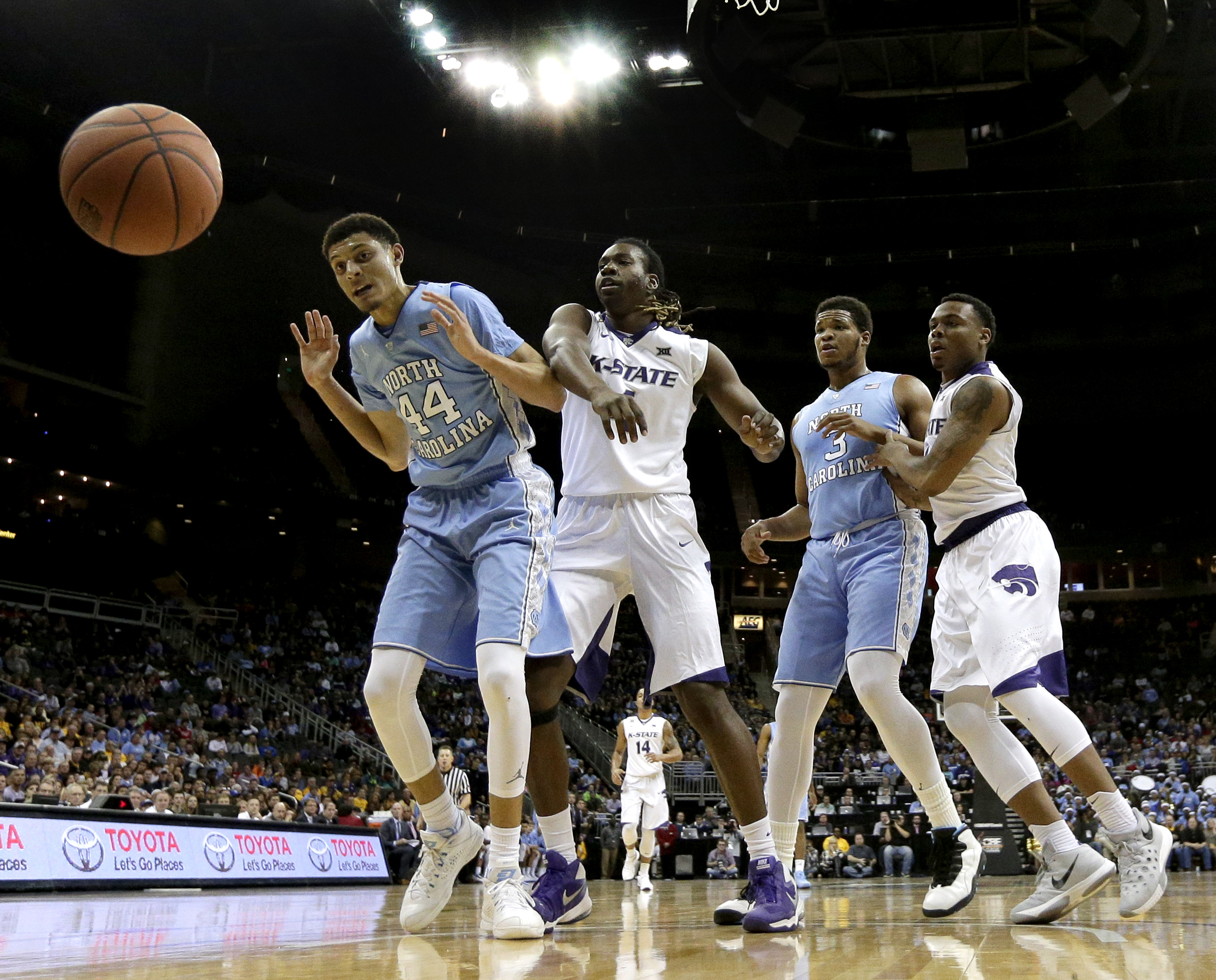 North Carolina's Justin Jackson (44) and Kansas State's Carlbe Ervin II watch as a ball flies out of bounds during the first half of an NCAA college basketball game Tuesday, Nov. 24, 2015, in Kansas City, Mo. (AP Photo/Charlie Riedel)