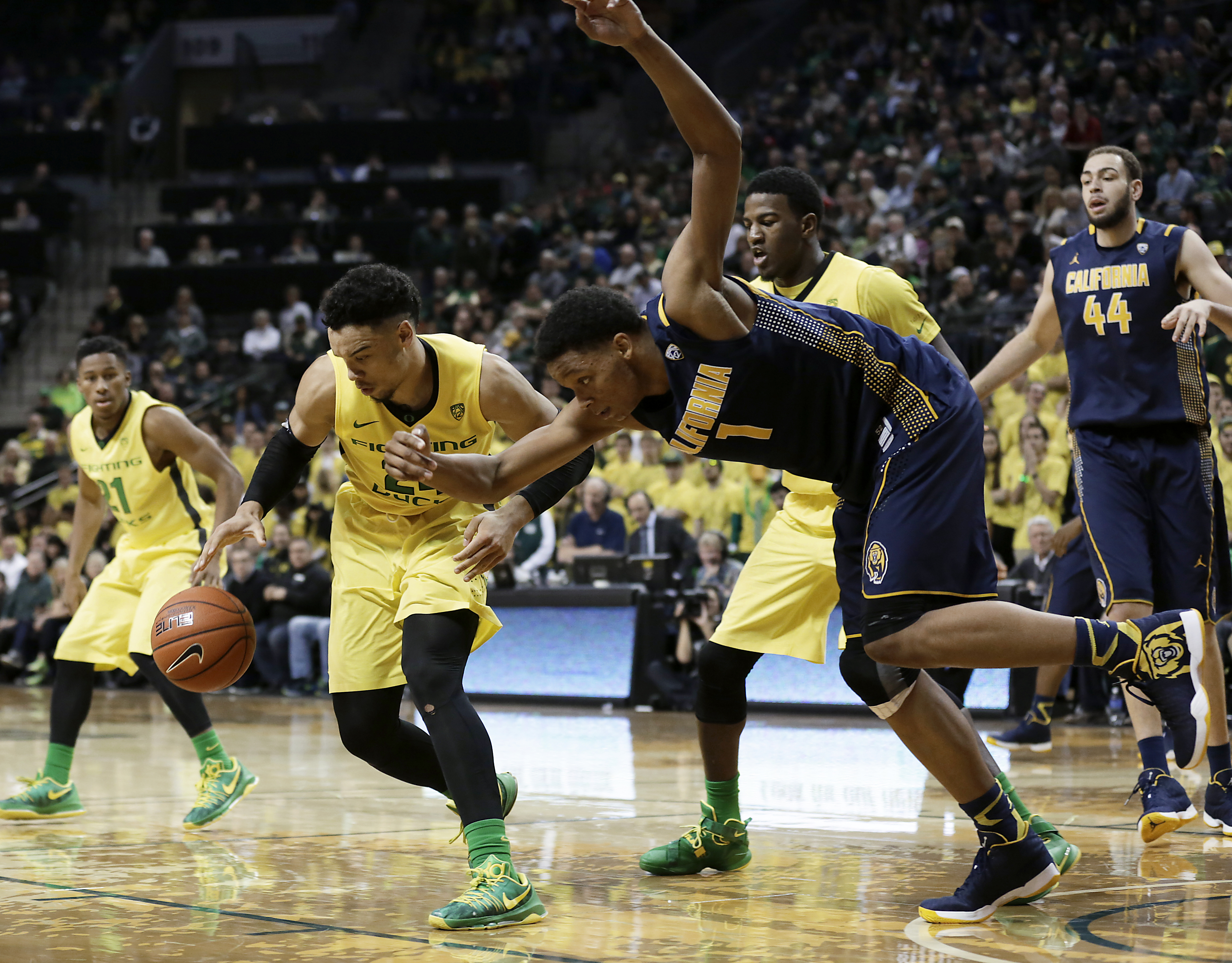Oregon's Dillon Brooks, left, steals the ball from California's Ivan Rabb, right, during the second half of an NCAA college basketball game Wednesday, Jan. 6, 2016, in Eugene, Ore. (AP Photo/Ryan Kang)