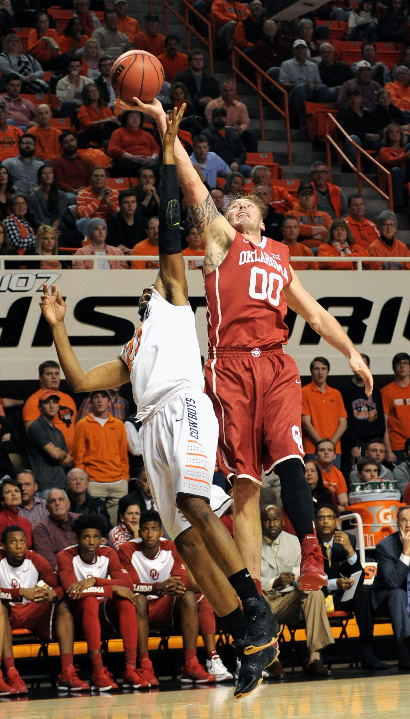 Oklahoma forward Ryan Spangler, right, stretches for a rebound over Oklahoma State forward Leyton Hammonds during the first half of an NCAA college basketball game in Stillwater, Okla., Wednesday, Jan. 13, 2016. (AP Photo/Brody Schmidt)