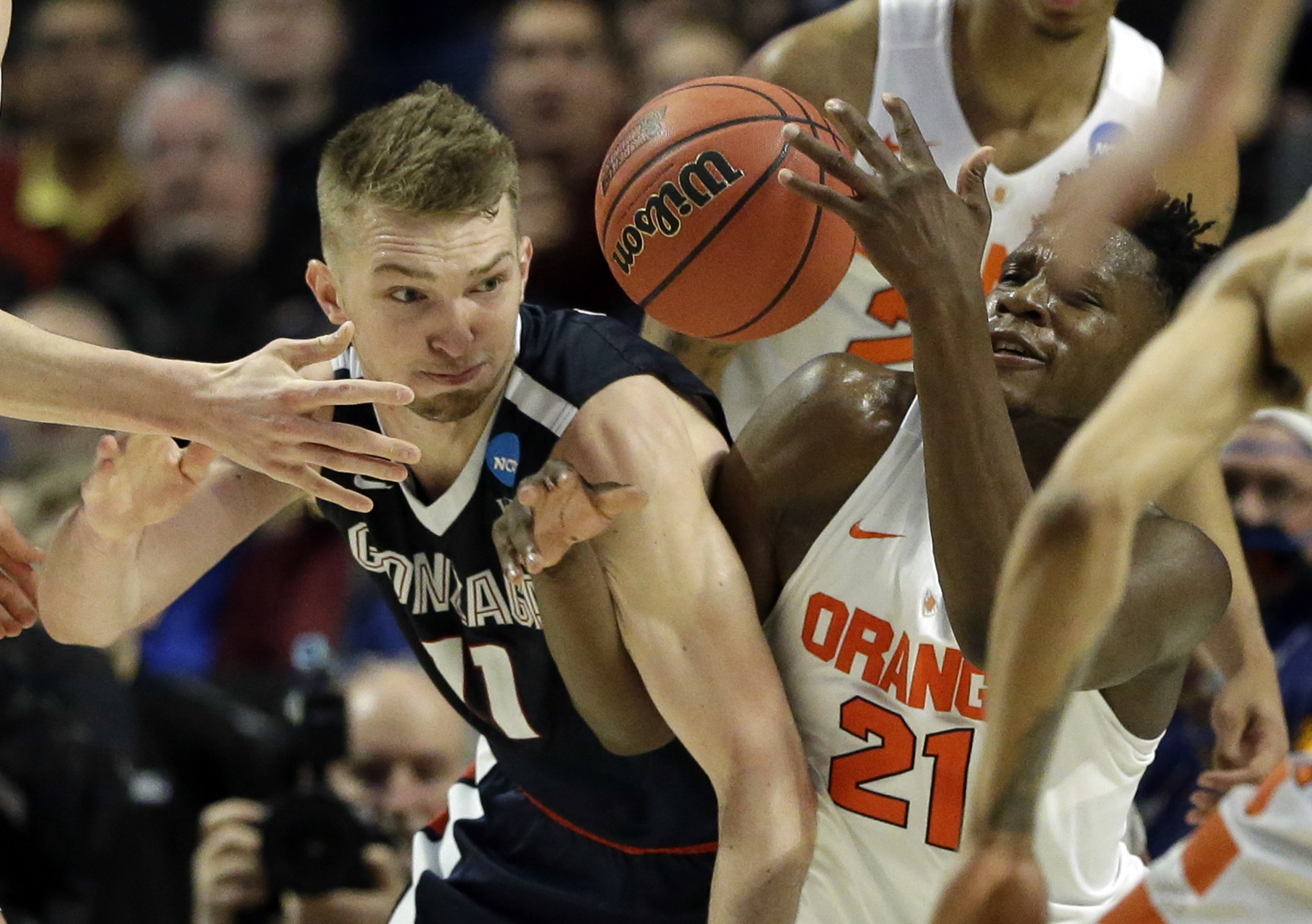 Gonzaga's Domantas Sabonis (11) and Syracuse's Tyler Roberson (21) battle for a loose ball during the second half of a college basketball game in the regional semifinals of the NCAA Tournament, Friday, March 25, 2016, in Chicago. (AP Photo/Nam Y. Huh)