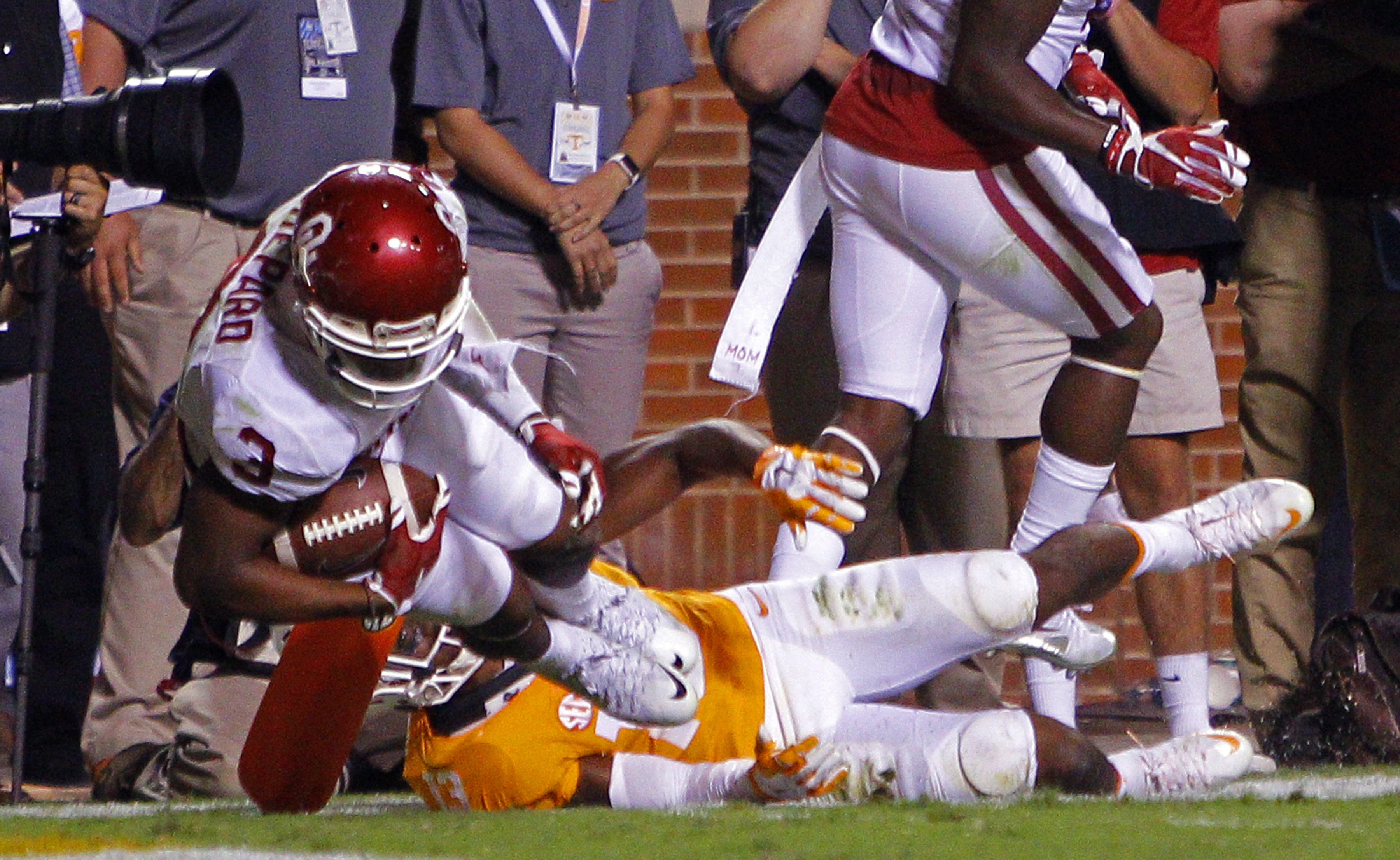 Oklahoma wide receiver Sterling Shepard (3) scores a touchdown during double overtime of an NCAA college football game against Tennessee, Saturday, Sept. 12, 2015 in Knoxville, Tenn. Oklahoma won 31-24. (AP Photo/Wade Payne)
